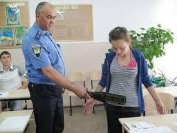 Омских школьников перед ЕГЭ будут проверять металлодетекторами