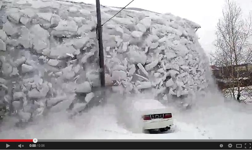 Снежная «лавина» сошла на автомобиль в Омске