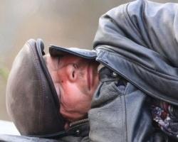 Омские бомжи устраивают пьяные оргии рядом с детсадом в Чкаловском
