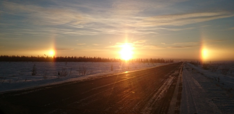 В Омске в соцсетях обсуждают появление в небе трех солнц