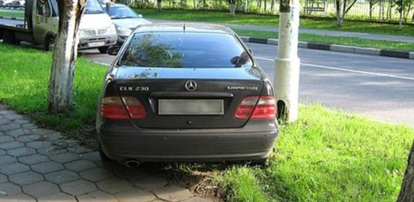 В Омске появятся системы фотофиксации автомобилей, припаркованных на газонах