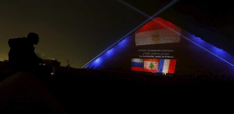 В знак солидарности пирамиду Хеопса окрасили в цвета флагов России, Франции и Ливана