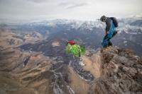 Факелоносец прыгнул с олимпийским огнем со скалы в Ингушетии