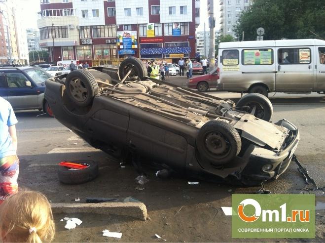 В Омске на Левобережье на Peugeot, оказывается, перевернулся полицейский