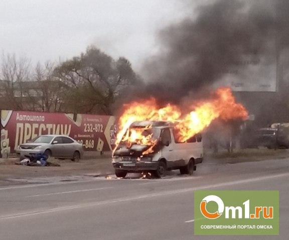 В Омске недалеко от Metro вспыхнула пассажирская «ГАЗель»