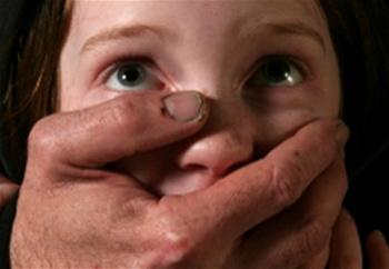 Омская 13-летняя школьница на каникулах в деревне стала жертвой насильника
