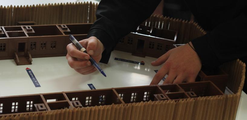 В Омске заключенные смастерили макет острога, в котором отбывал наказание Достоевский