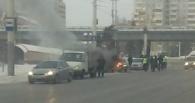 В центре Омска из-за замыкания в моторном отсеке загорелась «Волга» (обновлено)