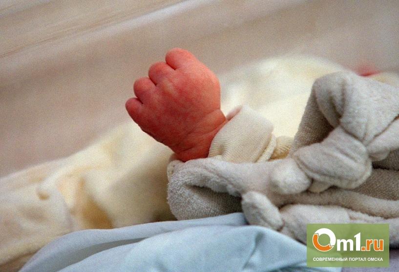 В Омской области годовалый малыш заполз на раскаленную батарею отопления