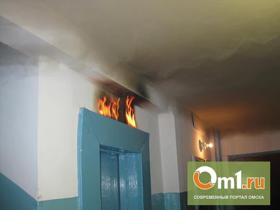 В Омске у лифта многоэтажки задохнулся человек