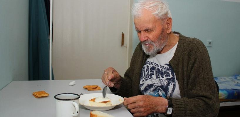 В Омской области у неходячего пенсионера украли все сбережения