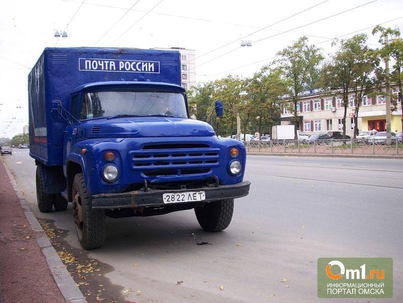 В Омске грузовик «Почты России» опрокинулся от столкновения с троллейбусом