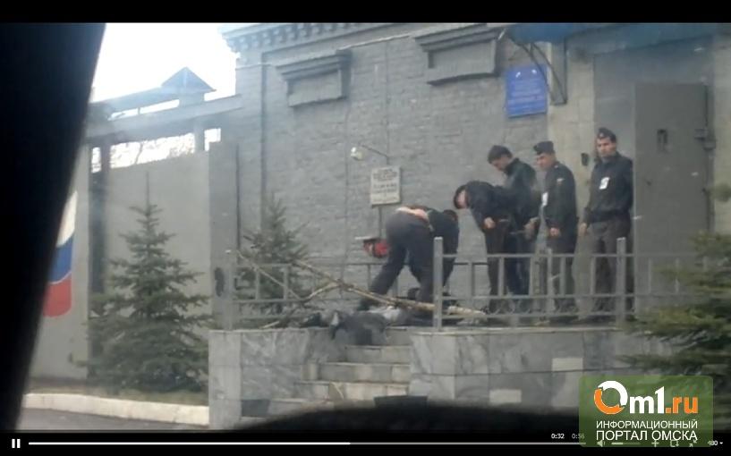 Омич пытался открыть дверь в отдел полиции деревом