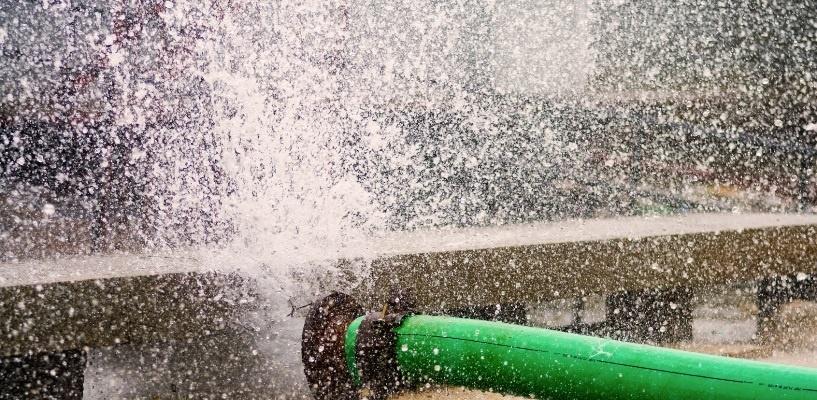 В Омске из трубы над дорогой бьет горячая вода