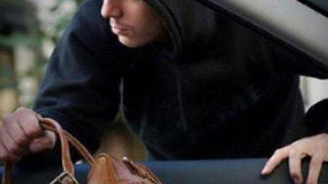 Вор украл из авто омички косметику и деньги