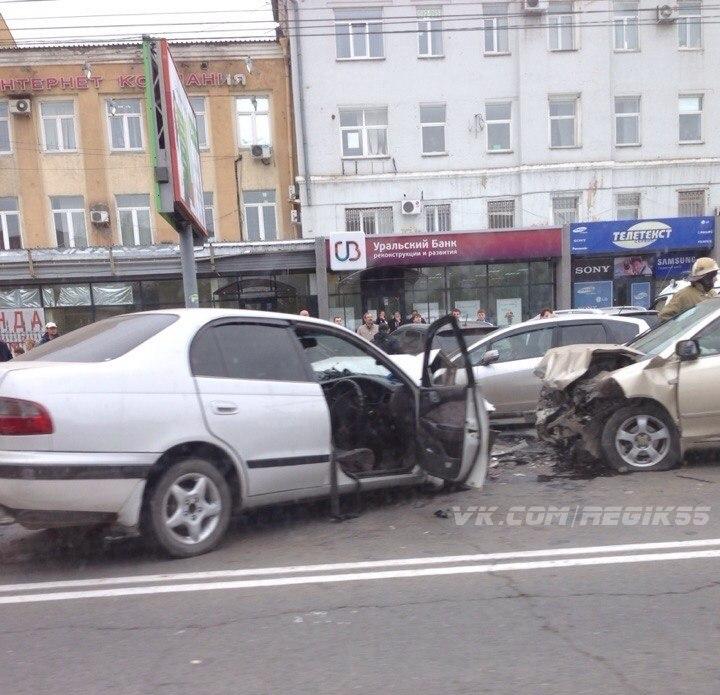 В Омске у «Каскада» из-за открытого люка произошло лобовое столкновение