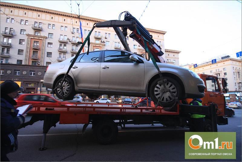 Из центра Омска начали эвакуировать припаркованные где попало автомобили