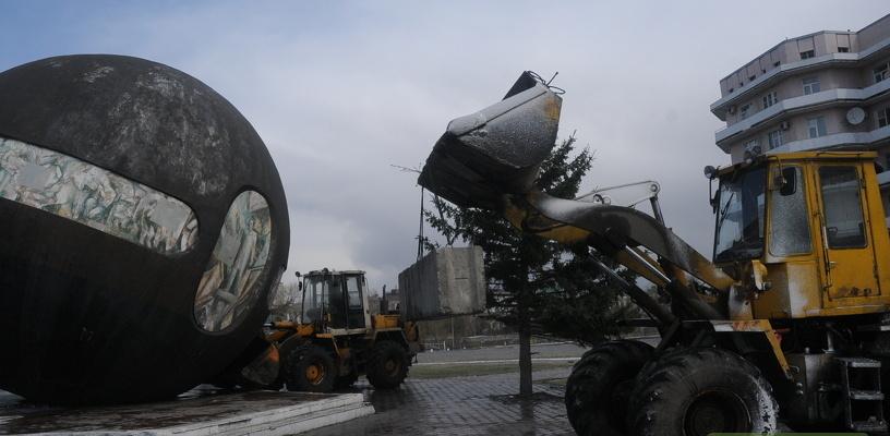 Шар на Речном вокзале, который пытался покинуть Омск, начали ремонтировать
