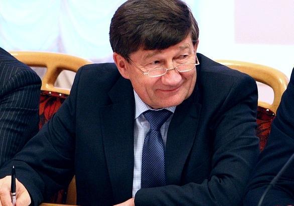 Омский мэр Вячеслав Двораковский катается на коньках ночью