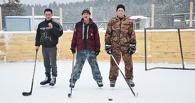 В Омской области деревенский предприниматель своими руками построил хоккейную коробку