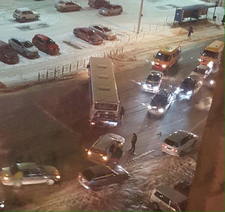 ВОмске пассажирский автобус попал вДТП, перегородив дорогу
