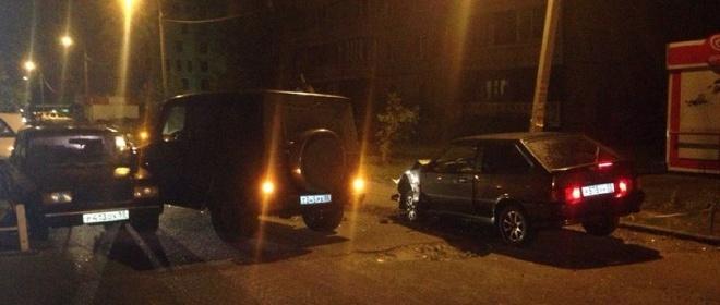 В центре Омска компания молодых людей на «Гелендвагене» протаранила две российские машины (ФОТО)