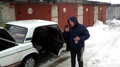 Омич не смог потушить горящий ВАЗ ни снегом, ни огнетушителем