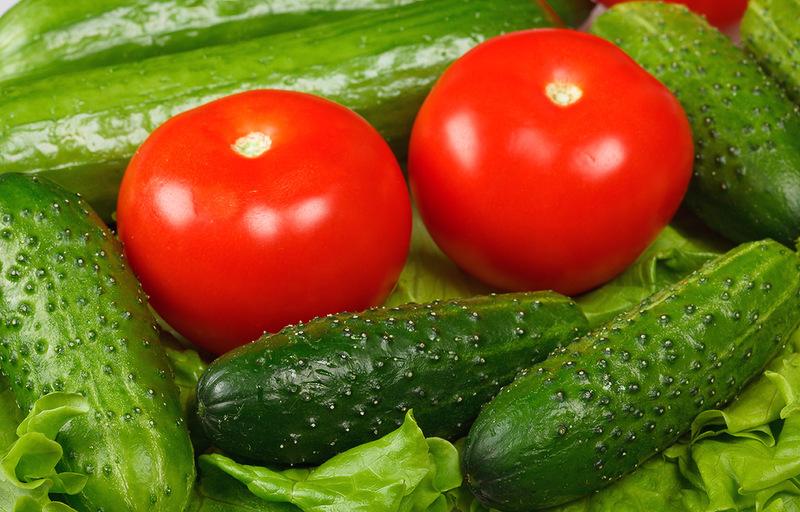 В Омске упали цены на огурцы и помидоры