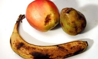 В омском супермаркете под Новый Год продают гнилые фрукты