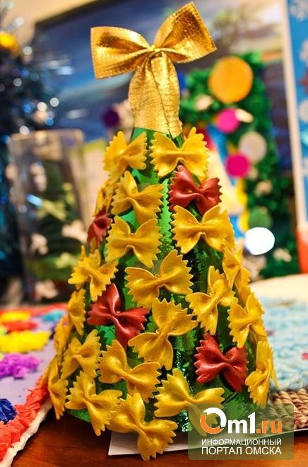 Омичи дарили Деду Морозу елки из макарон и спрашивали, что он делает летом