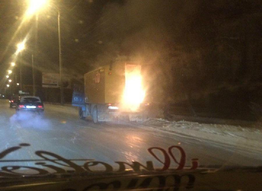 Автомобиль газовой службы зажегся вОмске. Пострадали 4 человека