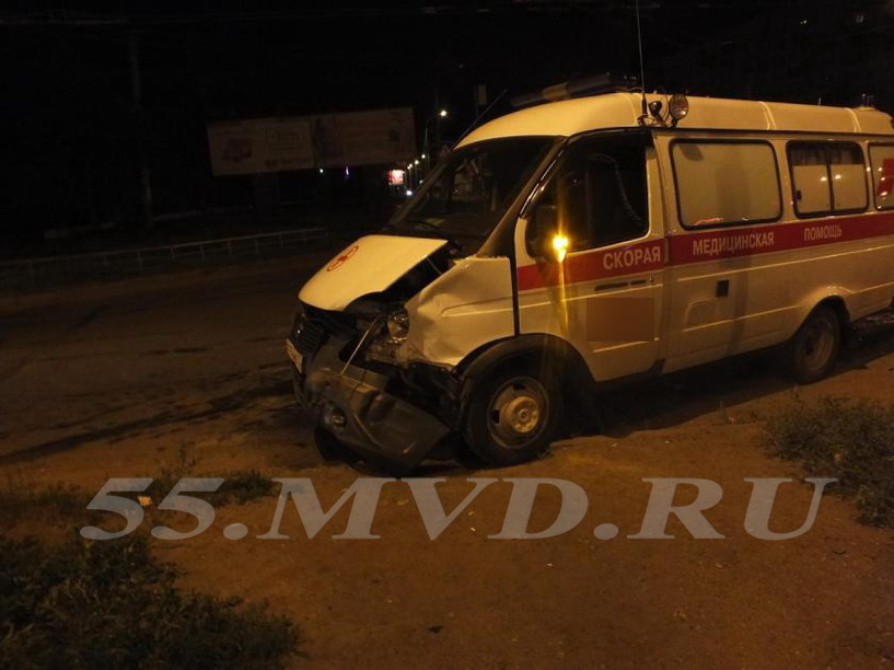 В Омске автомобиль скорой помощи врезался в иномарку