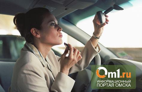 На перекрестке в центре Омска автоледи на Lexus снесла три иномарки
