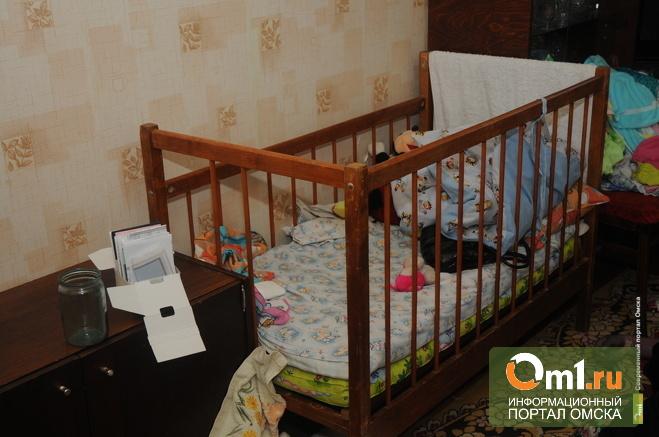 В Омске найденную с мертвыми родителями девочку отправили в больницу