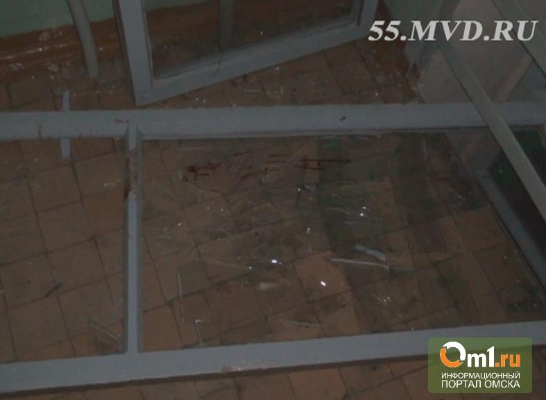 Омич-наркоман резал вены на глазах прохожих и пытался прыгнуть из окна