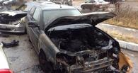 В Омске у Ленинского рынка неизвестные подожгли Mercedes С-класса и «Приору»