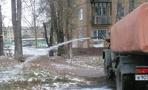 В Омске водовоз полил из шланга заснеженные деревья
