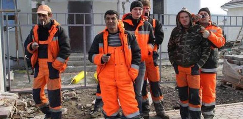 Жительница Омска «прописала» в своей квартире целую бригаду строителей из Узбекистана