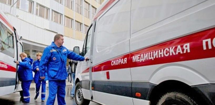 Омич едва не оторвал дверь «скорой помощи», пытаясь не пустить мать в больницу