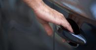 Омич задержал вора, пытавшегося выкрасть из машины его соседа пылесос