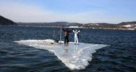 Омские спасатели пытаются помочь двум рыбакам со льдины