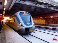 В Швеции уборщица угнала поезд и врезалась на нем в дом