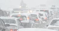 В Омске бороться со снегом начали ночью и продолжат после вечернего часа пик