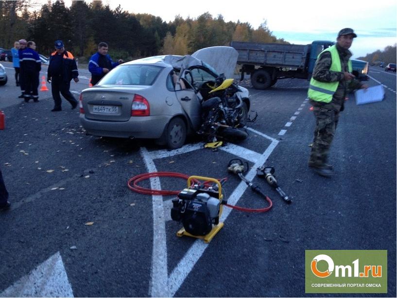 На «Омск–Черлаке» пенсионер на LADA Kalina сбил мотоциклиста: двое погибли