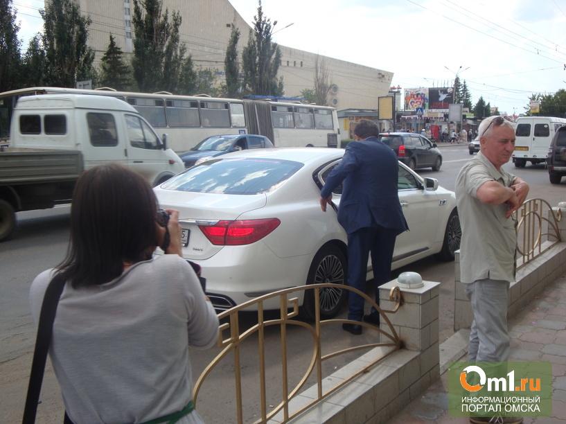 Ролик, где по Омску гоняет автомобиль Двораковского, проверят в полиции
