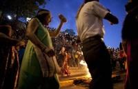 Индейцы Венесуэлы танцевали вокруг костра за здравие Чавеса