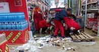 В Омске работник на погрузчике протаранил витрину с пивом