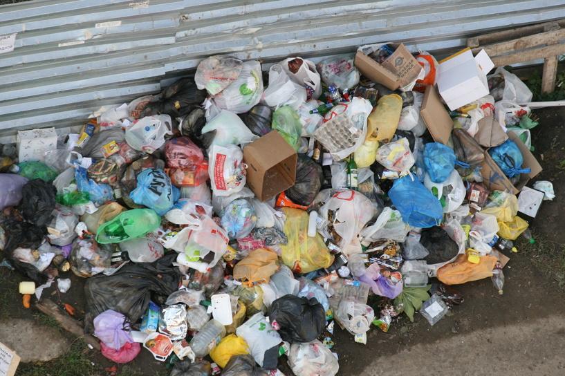 Омичи устроили свалки на пяти улицах Ленинского округа