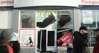 В Омской области мужчина четырежды протаранил магазин своей возлюбленной (фото)