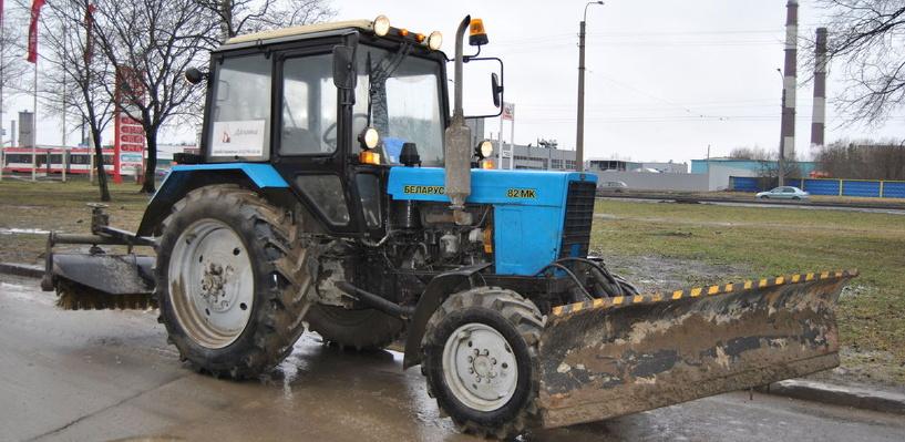 В Омске водитель без прав на автобусе столкнулся с трактором
